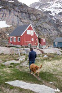 Themo, jego pies i domek