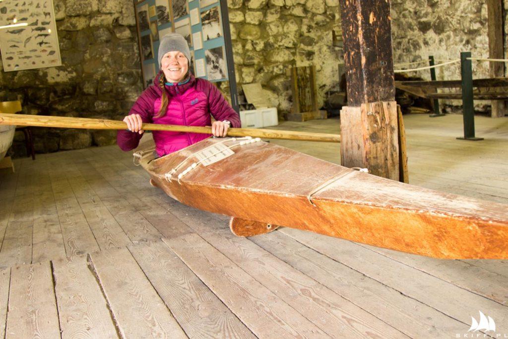 Ola w grenlandzkim kajaku używanym do polowań