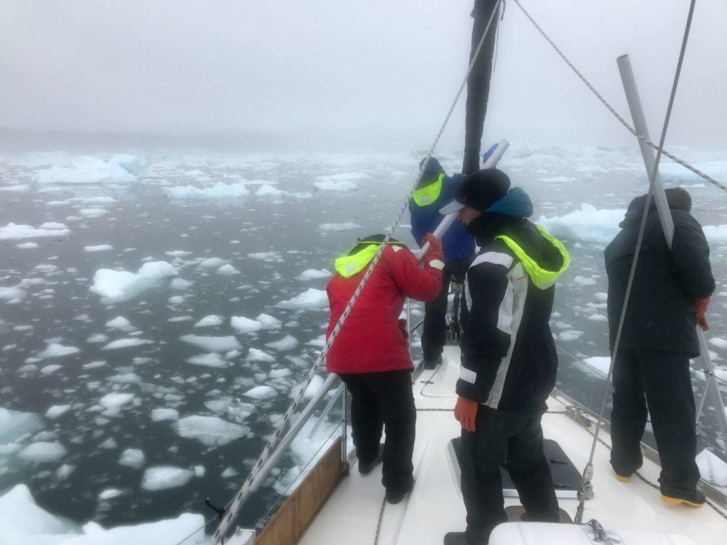 Załoga jachtu Crystal dzielnie przebija się przez lód Zatoki Disko