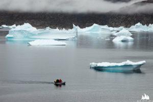 Pontonikiem wśród gór lodowych