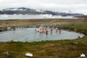 Gorące źródło i góry lodowe