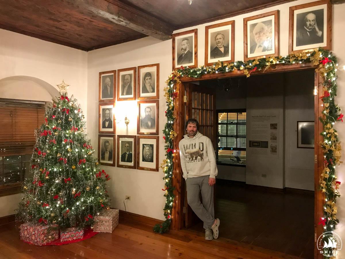 Choinka w holu głównym w Ratuszu St. George