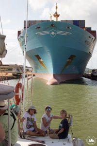 Niesamowite uczucie, kiedy ogromny statek parkuje tak blisko!