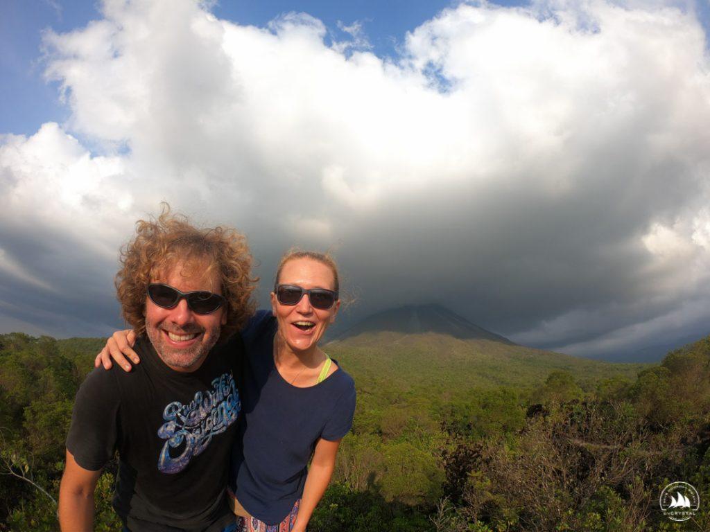 Michał i Ola na tle wulkanu Arenal, Kostaryka
