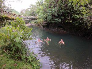 A pod mostem sadzawka, w której strażnicy polecili nam się wykąpać