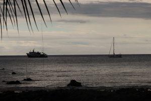 Nasz jacht Crystal widziana z plaży. Obok stał statek nurków