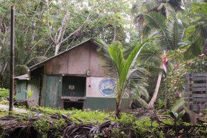 Na plaży jest domek - dawna siedziba strażników parku