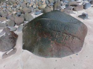 Na plaży jest mnóstwo kamieni, na których podpisywały się załogi statków z ostatnich ponad 100 lat!