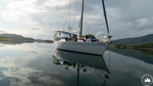jacht Crystal na kotwicy zatoka na Alasce 2020