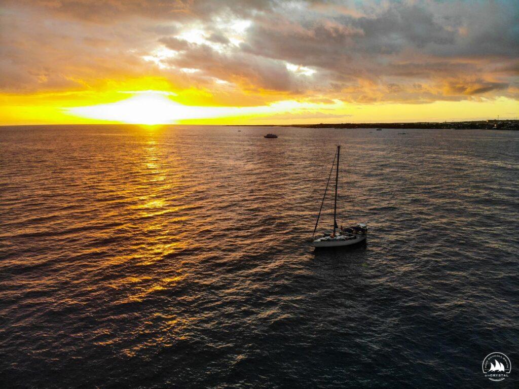 zachód słońca i jacht Crystal na kotwicowisku