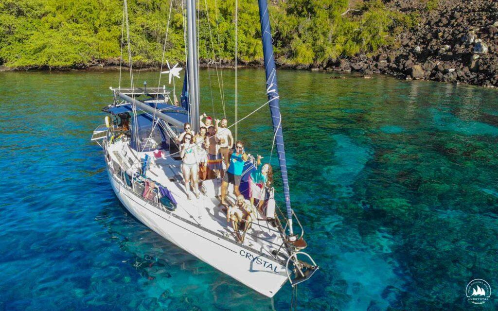 jacht Crystal błękitna woda szczęśliwi ludzie