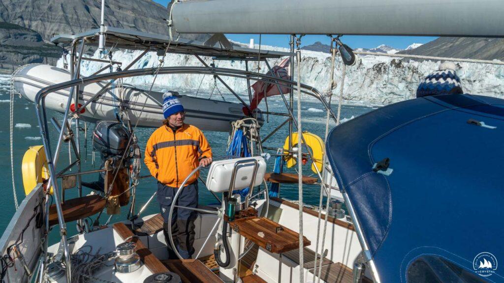 kapitan Michał za sterem jachtu Crystal
